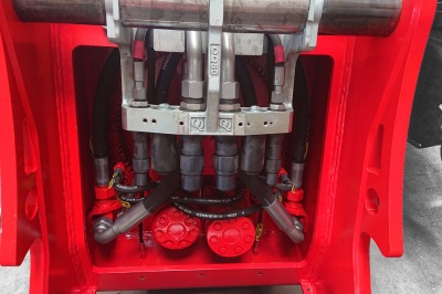 Rotar ROQ fully integrated hydraulic adapter is OilQuick CLEAN SYSTEM ready!